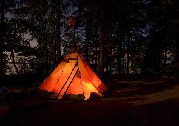 Camping i skogen vid kusten