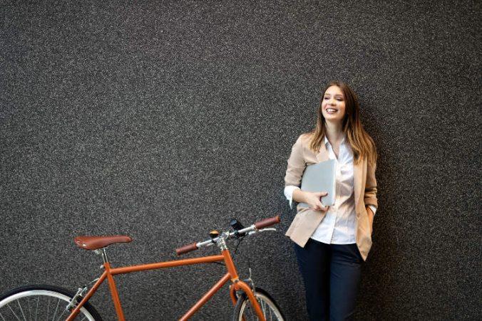 Kvinna och cykel i Norrkoping